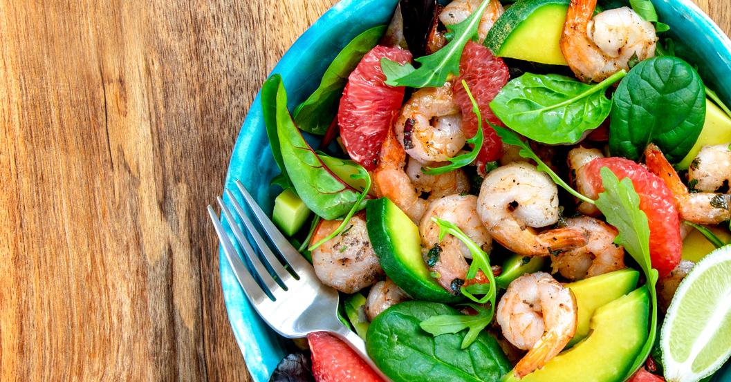 Insalata fresca di gamberetti, avocado e pompelmo rosa