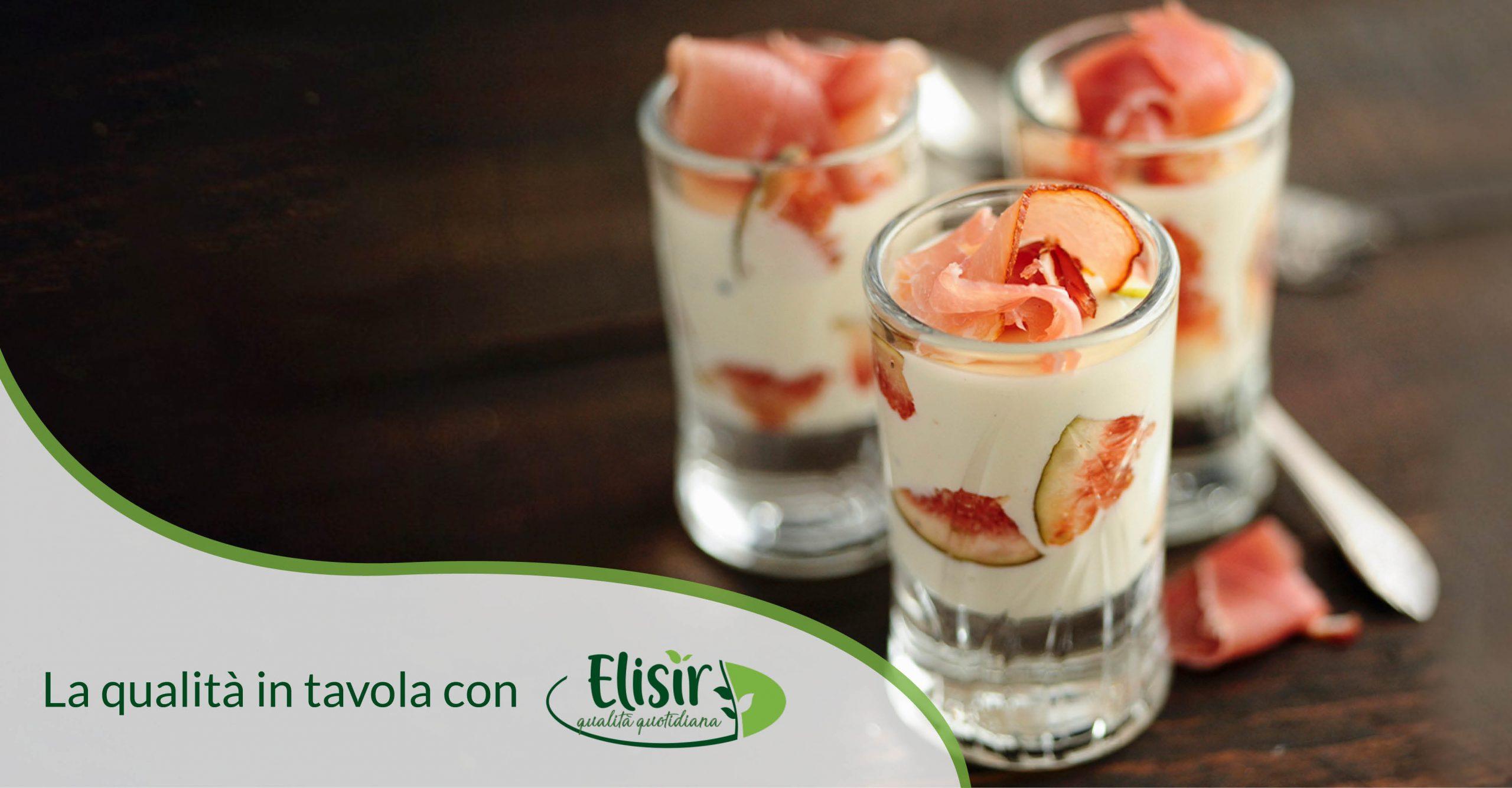 Bicchierini con yogurt greco, fichi neri e prosciutto affumicato